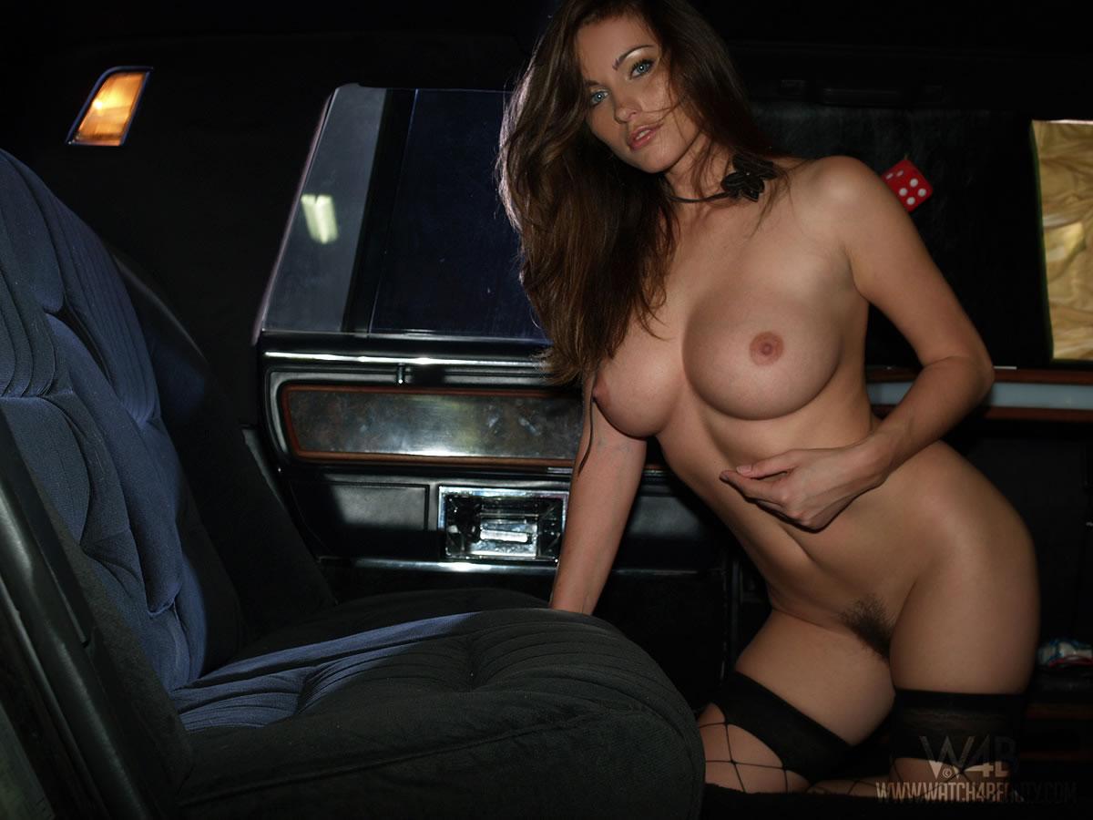 тех девушка голая грудь в машине соски европейцы